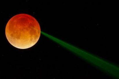 Un misterioso rayo láser emerge de una Luna llena ensangrentada y maldita