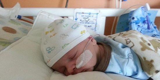 El misterioso caso del pobre bebé que no puede abrir la boca ni para comer