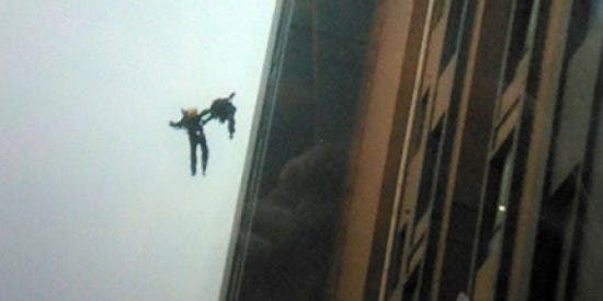 [Vídeo] Mueren dos bomberos de forma heroica tras caerse desde un piso 13