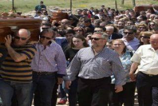 Miles de personas despiden a los cinco chicos fallecidos en Monterrubio