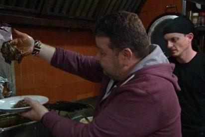 El momento más repulsivo de la TV: Chicote vomitando tras ver un 'sospechoso' jugo blanco en la comida