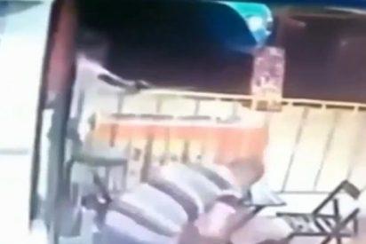 El espeluznante vídeo del padre que es asesinado a tiros mientras lleva a su hija en brazos