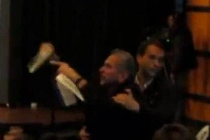 El vídeo del iracundo revolucionario que le rompe un libro a Vargas Llosa en plena charla