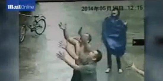El escalofriante vídeo del bebé que se cae desde una ventana y es salvado al vuelo
