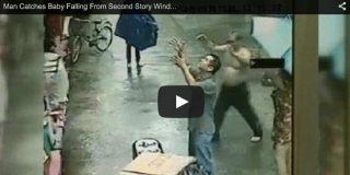 [Video] El espeluznante momento en que un bebé cae de un segundo piso y un viandante con muchos reflejos logra atraparlo