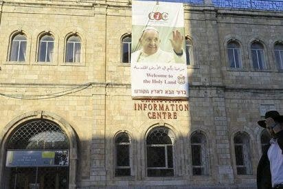 Jerusalén exige la retirada de un cartel de bienvenida al Papa Francisco