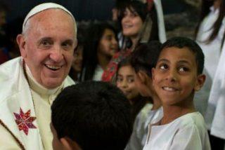 """El Papa a los niños del campo de refugiados: """"La violencia no se vence con la violencia"""""""