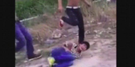 El escalofriante vídeo de la paliza a un niño chino al que arrojan una piedra gigante