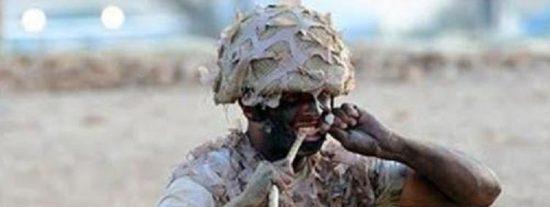 Un soldado se come una serpiente viva para quedar bien ante el príncipe Mohammed