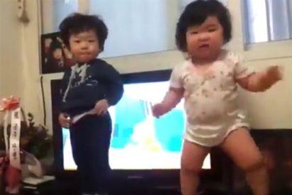 Esta niña bailonga y el 'pasmao' de su hermano revolucionan Internet: ¡9 millones de visitas en YouTube!