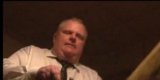 [Vídeo] El alcalde gordito se pone hasta el culo de crack en el sótano de su hermana