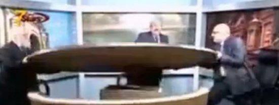 [Vídeo] Dos periodistas destrozan un estudio de televisión durante un acalorado debate