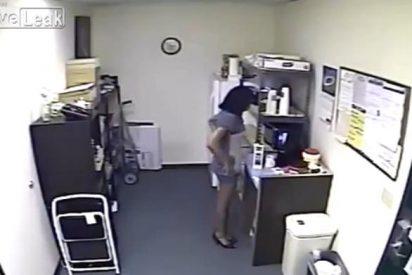 El vídeo de la secretaria que 'reparte' a escondidas su propia leche materna en la oficina