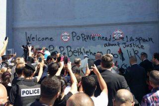 """El Papa mandó detener el jeep por sorpresa y oró ante el """"muro de la vergüenza"""""""