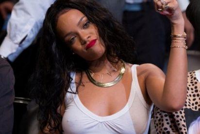 Rihanna rompe su teléfono durante el partido... ¡y le recompensa con 25.000 dólares!