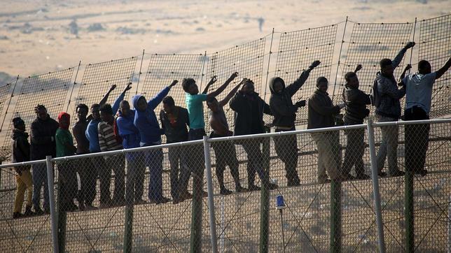 Arrojar ropa ardiendo a los guardias civiles, la última táctica de asalto a la valla de Melilla