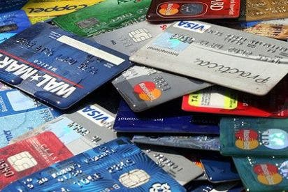 La mayoría de españoles tira de tarjeta para llegar a fin de mes o pega 'sablazos' a conocidos