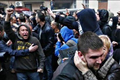 Cientos de militantes prorrusos atacan la sede de la policía ucrania en Odesa