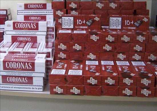 Gibraltar le baja por fin los humos al contrabando: limitará la venta de tabaco a un cartón