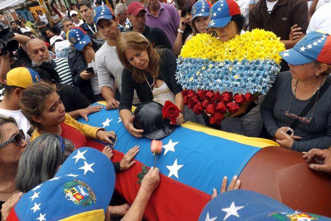 En Venezuela ya no hay ni ataúdes...¡los vecinos se los prestan unos a otros!