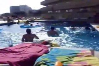 [Vídeo] El 'balconing' más extremo en Ibiza a pleno día...¡y con la piscina llena de niños!