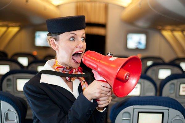 ¿Qué hace una azafata con un muerto en un vuelo de British Airways? ¡Ponerle gafas de sol y darle una copa!