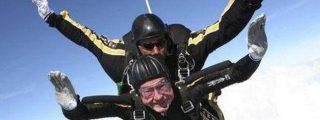 Bush se tira en plan hortera desde un helicóptero para celebrar su 90 cumpleaños
