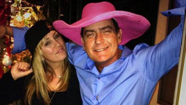 Charlie Sheen pone en la calle a su mujer e hijas por consejo de su 'novia erótica'