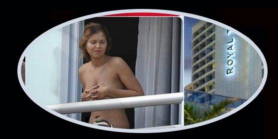 Una joven se pasa el día desnuda en frente del hotel de la selección inglesa