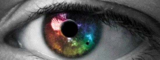 Una sevillana ciega recupera parte de la visión tras implantarle un 'chip' intraocular