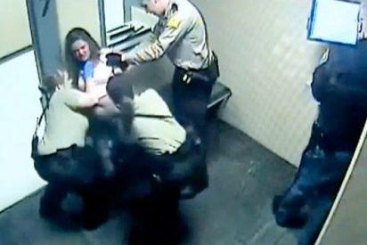 [Vídeo] Desnudan a una madre de 4 hijos a la fuerza y la meten en una celda llena de gas