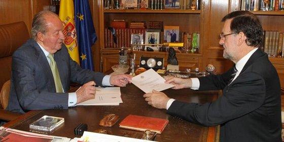El Rey Juan Carlos I decide abdicar ahora por una mera cuestión generacional
