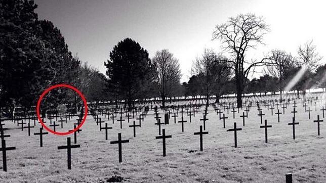 La fotografía de espanto del supuesto fantasma en un cementerio de la I Guerra Mundial