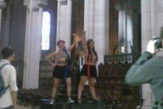Dos activistas de Femen se encadenan al crucifijo del altar de La Almudena