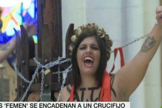 Activistas de Femen se encadenan en la catedral de la Almudena por el aborto libre