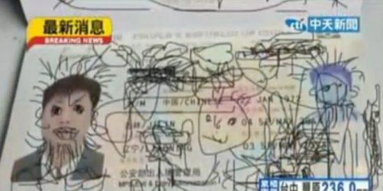 Detienen a un padre porque su hijo 'chinche' le pintó al pasaporte en pleno vuelo