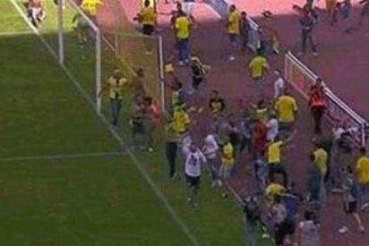 El Córdoba vuelve a Primera al remontar de manera épica y tras una invasión de campo