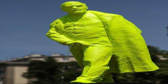 Levantan una estatua de Lenin...¡en fluorescente y orinando con su pene en erección!