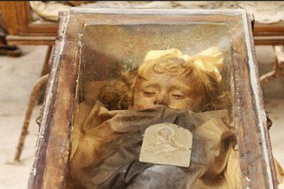 El misterio de la momia de una niña que abre y cierra los ojos en una espantosa tumba