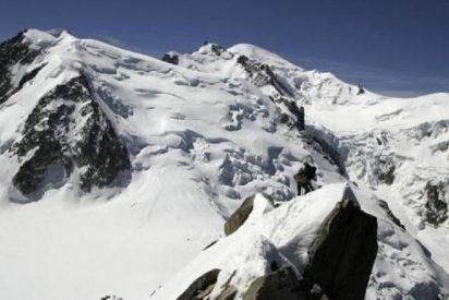 Le roban las botas a un alpinista en el Mont Blanc y tiene que ser rescatado en helicóptero
