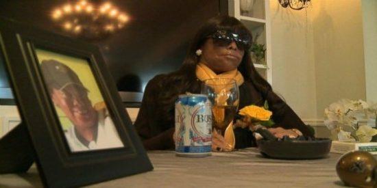 La mujer que asistió a su propio funeral fumando y bebiendo como una cosaca
