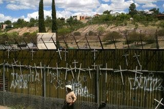 El Papa podría orar ante el muro de Arizona