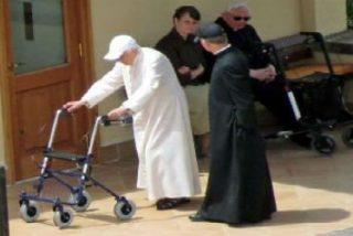 Benedicto XVI camina con andador