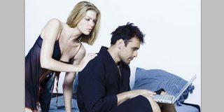 Prohibido subir desnudos de su pareja a las redes sociales...o le bajará la cuenta corriente