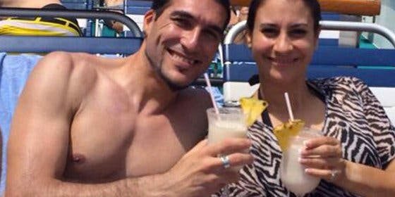 Celebra su salida del Barcelona en un crucero con su bella mujer