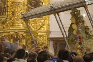 Comienza la procesión de la Virgen del Rocío con el salto de la reja
