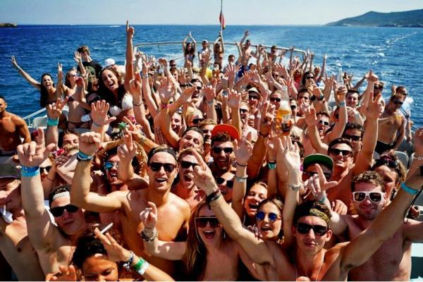 Mortal 'party boat' en Ibiza: un turista se ahoga al lanzarse al mar drogado de 'cristal'