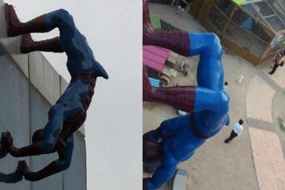 Un Spiderman con una erección de aúpa la monta en un centro comercial