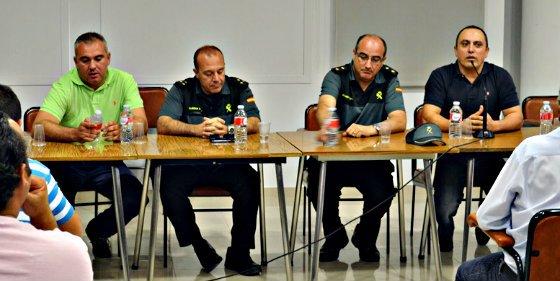 Carlos Cotillas se 'encierra' con la Guardia Civil y 500 cabreados y sale entero