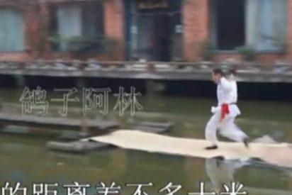 El increíble vídeo del maestro de Kung Fu que camina sobre el agua a su aire
